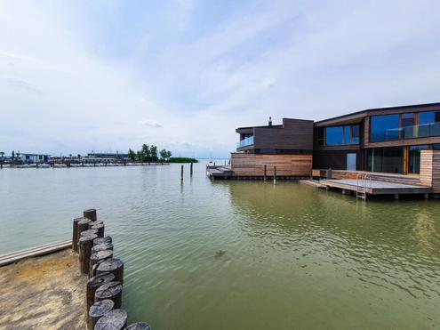 Schickes Seehaus mit sensationellem Blick - direkt am Wasser